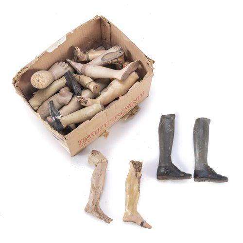 CASSETTA  contenente elementi di pastori da presepe napoletani in legno. Una qua…