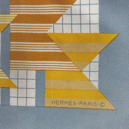 Hermès,  Tour de cou en soie imprimé à décor de drapeaux sur fond géométrique gr…