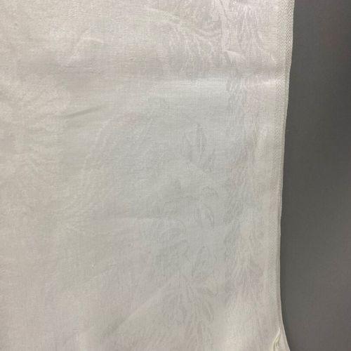 Nappe,  en coton damassé blanc à décor floral.  170 x 230 cm  Bonne état.