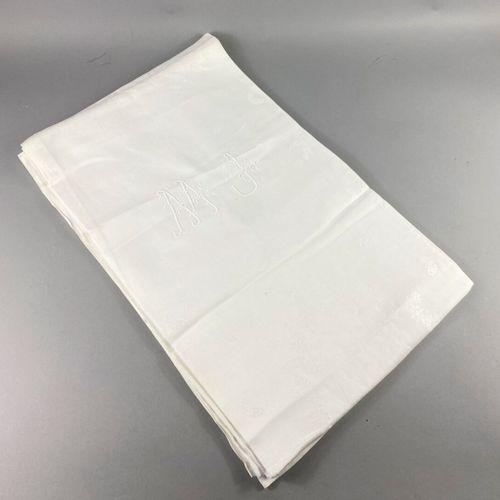 桌布。  白色大马士革棉布,饰以棕榈和蝴蝶  有图案的MJ。  约1930年。  184 x 240厘米  状况非常好。轻微污渍。