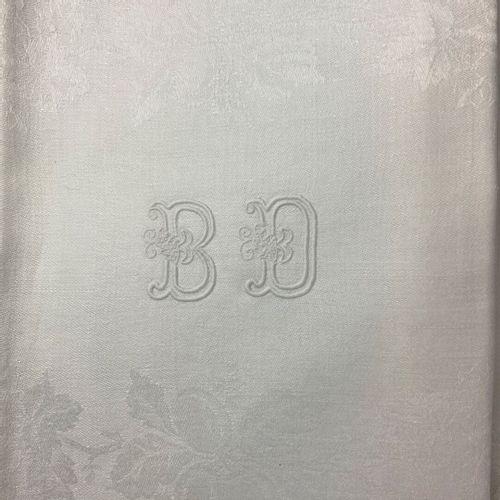 餐桌服务。  穿着白色大马士革棉布,装饰着花束和水果。  绣有字母图案的BD。  十二张白色大马士革棉布的餐巾纸,上面有同样的Monogrammed刺绣的BD。…