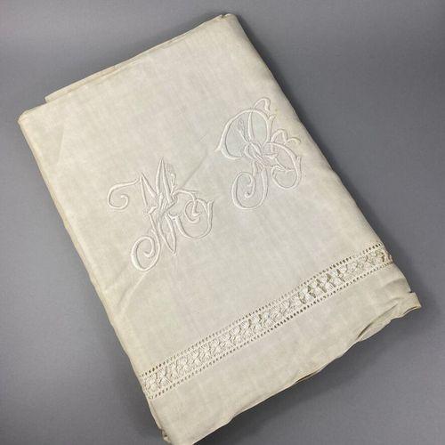 大亚麻床单。  饰以镂空辫子。  绣有字母图案的MB。  220 x 360厘米  痕迹。