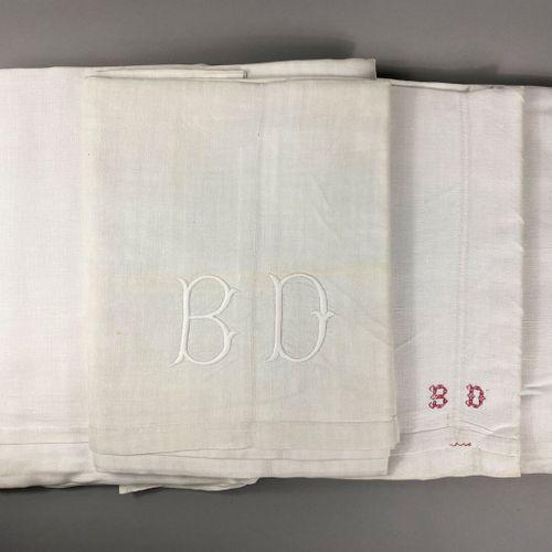 Suite de trois draps en lin,  Dont deux brodés BD.  Grandes dimensions.  En l'ét…
