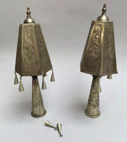 Pair de Rimonim de Torah en métal argenté avec cloches  Maroc, c. 1940  Haut.:2…