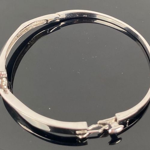 Modernist white gold bracelet, decorated with a round diamond in closed setting.…