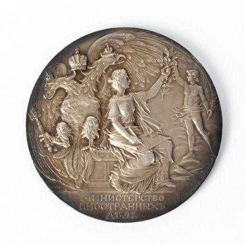外交部百年纪念奖章。  饰有俄罗斯皇帝尼古拉二世和亚历山大一世的轮廓。  银色。法国,1902年。F.Razoumni(在边缘签名)。  标记:钻石,银,950…