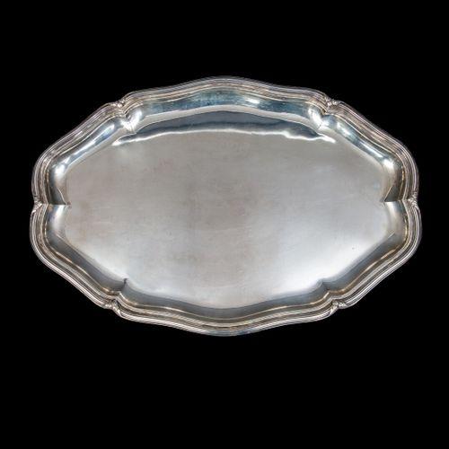 PUIFORCAT.  Large plat ovale en argent, modèle à filets mouvementé et agraphes d…