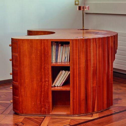 *Peter BOUTOURLINE Young.  Bureau en placage de bois clair et de loupe de bois c…