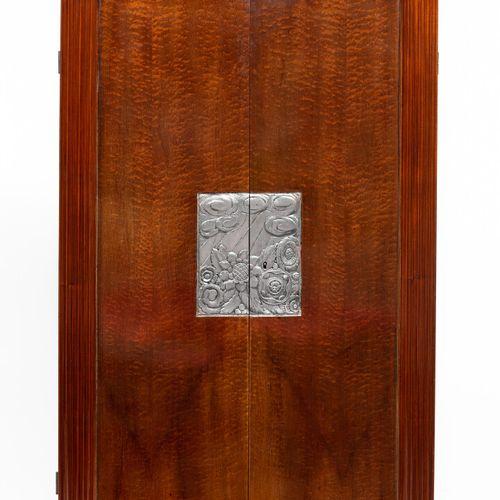 Meuble bar en bois de placage satiné, ouvrant au plateau supérieur et par deux v…