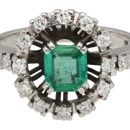 Emerald Brilliant Ring  Fantastic piece of jewellery in white gold 18K.  Central…