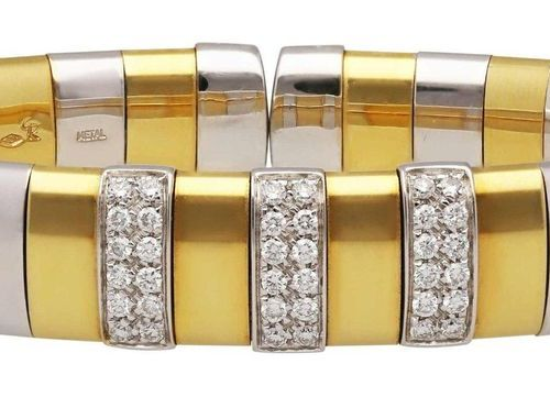 Diamond bangle  Modern design in metal/yellow gold 18K.  On the front three link…