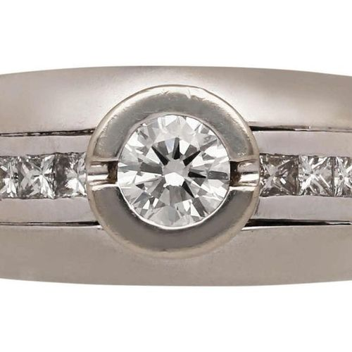 Solitaire ring  Solid design in white gold 18K.  In the centre a diamond of appr…