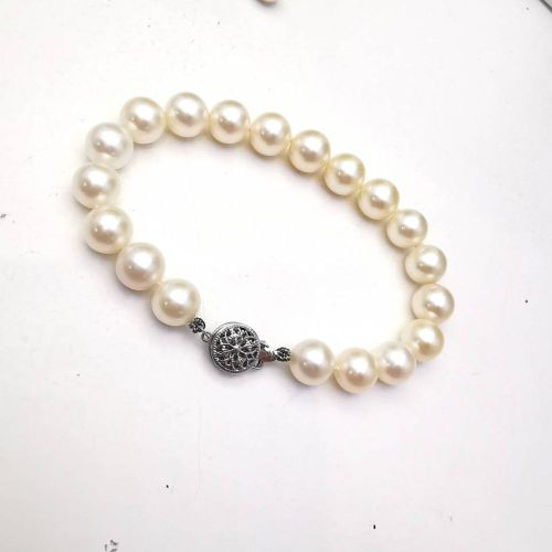 A VINTAGE 14CT WHITE GOLD & PEARL BRACELET, stamped 14k. Absolutely stunning bra…