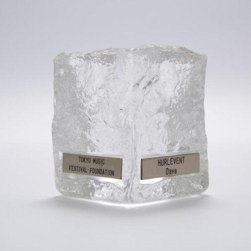 DAVE Dave offre une récompense qu'il a reçue au Japon : bloc de cristal cubique,…