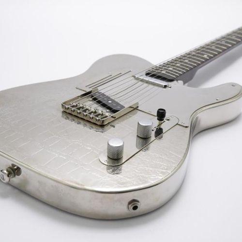 Zazie Zazie offre une guitare de sa collection. Guitare James Trussart, faite su…