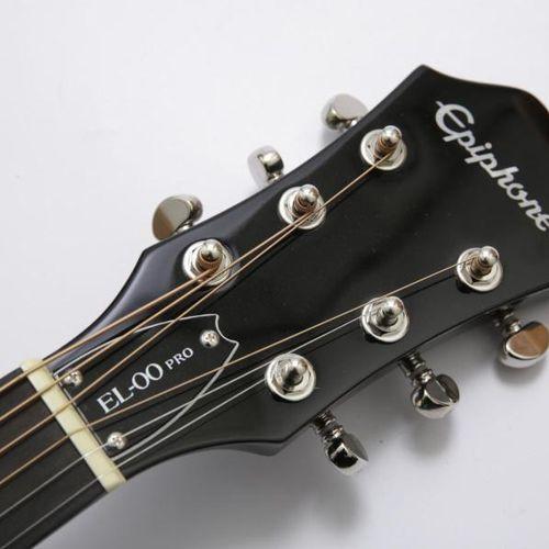 Louane Louane offre l'une de ses guitares. Guitare acoustique de marque EPIPHONE…