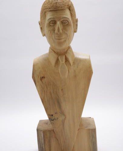 Nagui Nagui , 2017 Buste en bois, taillé à la tronçonneuse, vernis. Réalisé par…
