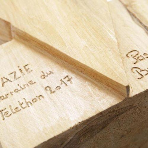 Zazie Zazie marraine du Téléthon , 2017 Buste en bois, taillé à la tronçonneuse…