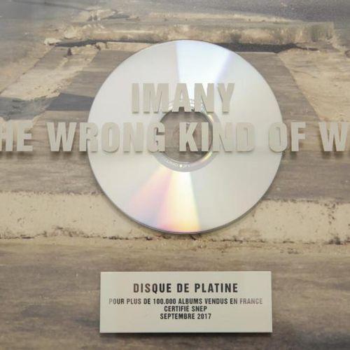 IMANY Imany offre le disque de platine de son album The wrong kind of war , dédi…