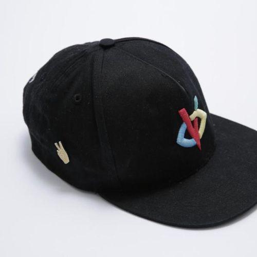 BIGFLO & OLI Un lot comprenant : la casquette de marque VISIONNAIRE, avec un pin…