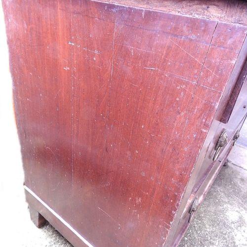 Commode à 3 tiroirs avec dessus en marbre foncé, reposant sur des pieds en patte…