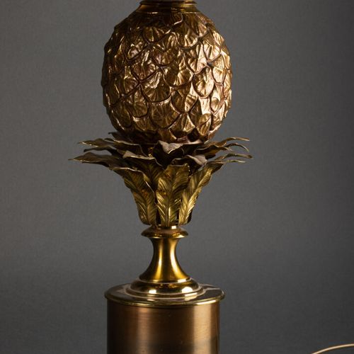 MAISON CHARLES PARIS Paire de LAMPES modèle ananas  Bronze, laiton et abat jour …