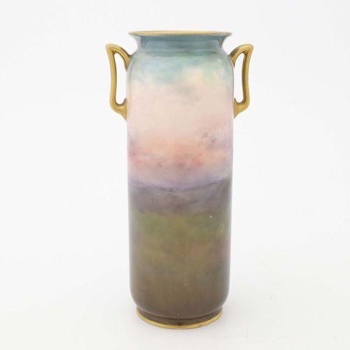 Harry Allen per Royal Doulton, un vaso dipinto a due manici, forma cilindrica ar…