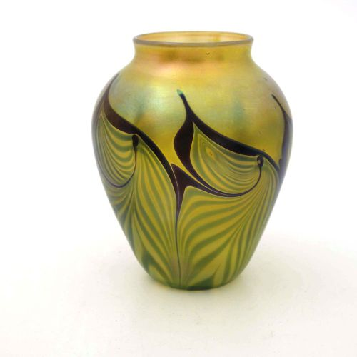 Orient and Flume, un vase irisé en verre de studio américain, 1986, forme épaulé…
