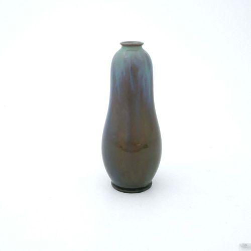 Pilkington, un vase opalescent en serpentine émaillé Royal Lancastrian, 1912, fo…