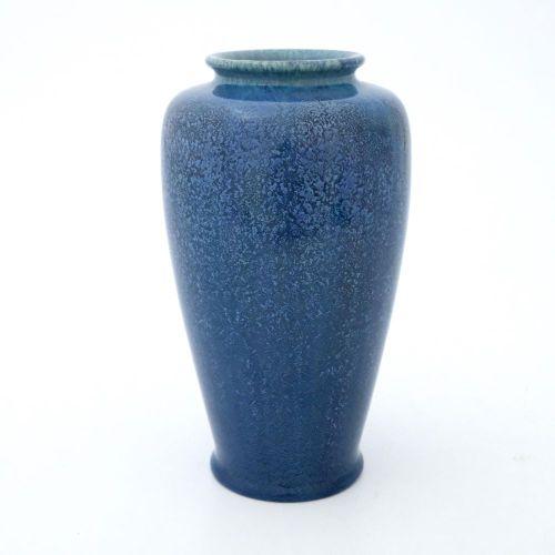 Pilkington, un vase à glaçure opalescente caillée Royal Lancastrian, 1906, forme…