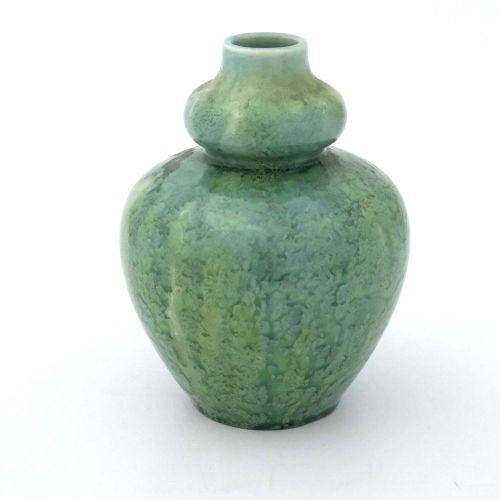 Pilkington, un vase Royal Lancastrian à glaçure opalescente caillée et nuageuse,…