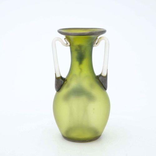 Loetz, vase en verre irisé et argenté, Olympia, vers 1896, forme balustre à deux…