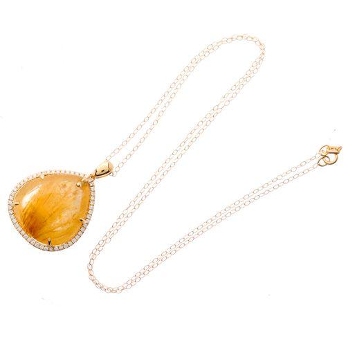Un pendentif en or 18ct en forme de cabochon de quartz rutile et une grappe de d…
