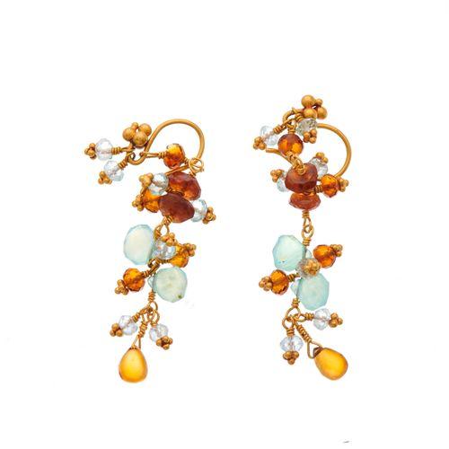 Une paire de boucles d'oreilles en or 22ct, avec des pierres comme l'aigue marin…