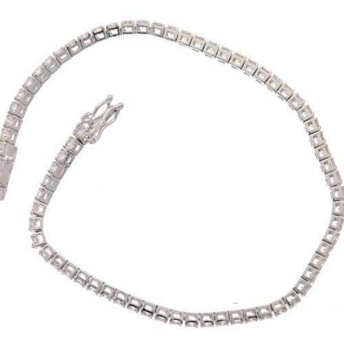 Un bracelet en or blanc 18ct, ligne de diamants taille brillant, poids total est…