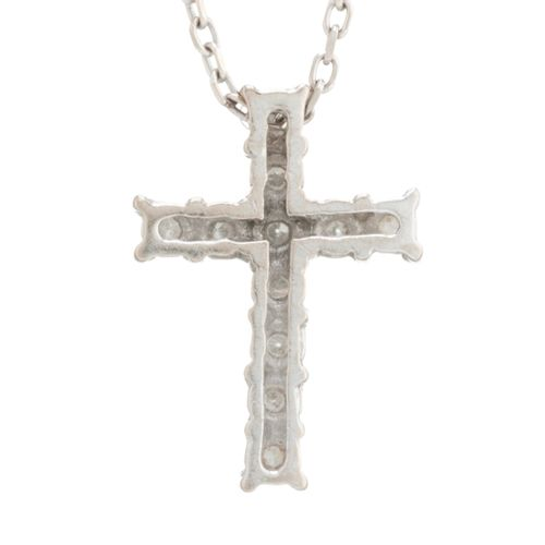 Un pendentif en forme de croix en diamant, suspendu à une chaîne en or 18ct, poi…