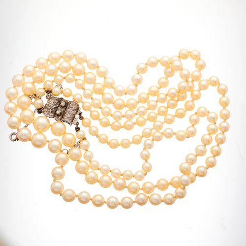 Un collier à deux rangs de perles de culture, datant du milieu du 20e siècle, av…