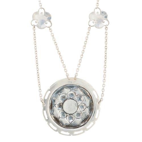 Archibald Knox pour Liberty & Co, un collier floral Arts & Crafts en argent, éma…