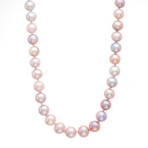 Un collier de perles de culture sur un seul brin, avec un fermoir sphérique en o…