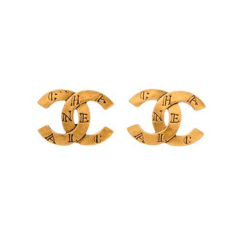 Chanel, une paire de boucles d'oreilles vintage, chacune conçue comme un logo CC…