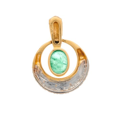 Un pendentif en or 18ct en forme d'émeraude ovale et diamant taille brillant, de…