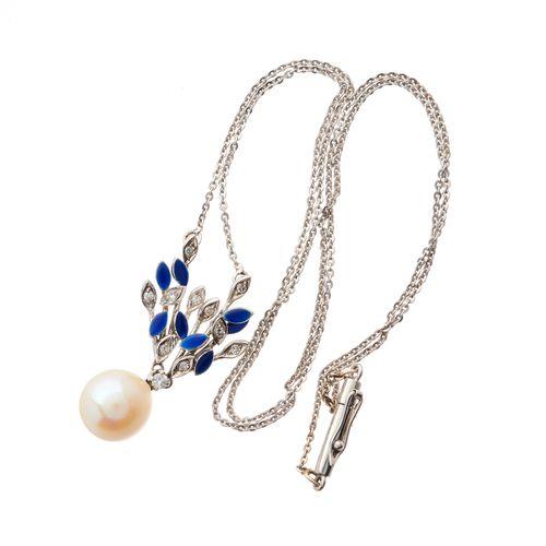 Un collier de perles de culture, diamants et émail bleu, avec une chaîne intégra…