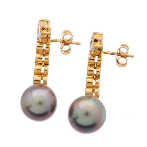 Une paire de boucles d'oreilles en or 18ct, perles de culture de Tahiti et diama…