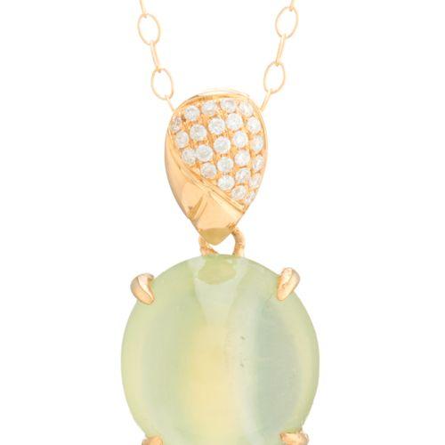 Un pendentif en or 18ct en cabochon de prehnite et diamant taille brillant, avec…