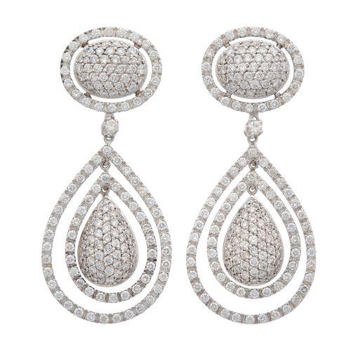 Une paire de boucles d'oreilles en or 18ct serties de diamants, chacune conçue c…