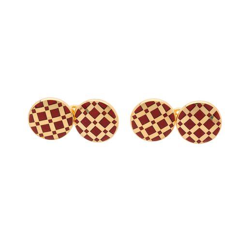 Une paire de boutons de manchette géométriques en émail rouge d'or 18ct, de cont…
