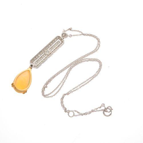 Un pendentif en or 18ct en cabochon d'opale et diamant taillé circulaire, suspen…