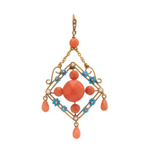 Un pendentif en or 15ct du début du 20e siècle en corail, perle fendue et émail …