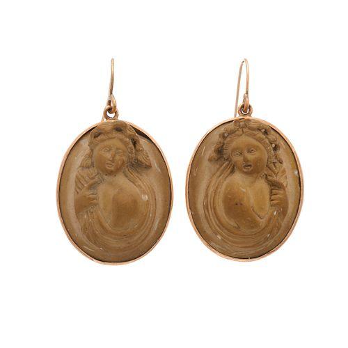 Une paire de boucles d'oreilles en or de la fin de l'époque victorienne, en camé…