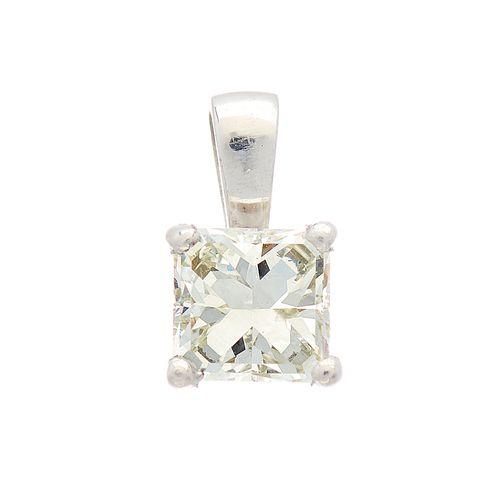 Un pendentif en platine avec un diamant de forme carrée, poids estimé du diamant…